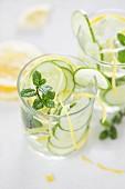 Aromatisiertes Wasser mit Gurken, Zitrone und Minze