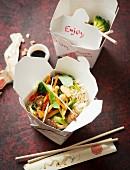 Asia-Nudeln mit Gemüse aus der Box