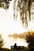 Frau genießt die Ruhe am Bodensee