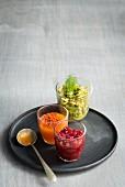 Granatapfelchutney, Gemüse-Avocado Salsa und Sweet Chili Creme