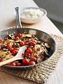 Hähnchenfleisch mit grünen Oliven, Zucchini und Kirschtomaten