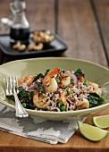Asiatische Reispfanne mit Gemüse und Garnelen