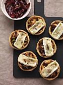 Pilz-Tartelettes mit Brie überbacken, dazu Schalotten-Portwein-Confit