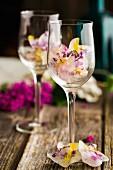 Eiswürfel mit Fliederblüten und Löwenzahnblüten