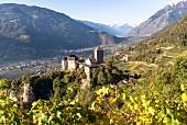 Das Schloss Tirol in Südtirol mit Blick auf Meran