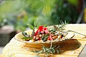 Knusprige Brotwürfel mit Kräutern und Chilischote