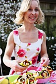 Frau bereitet Wraps für Picknick