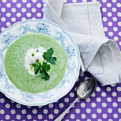 Cream of pea soup with parsley (seen from above)
