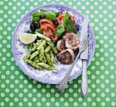 Schweinemedaillons mit Penne, Pesto und Gemüsesalat