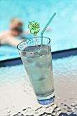 Ein Limettendrink mit Eiswürfeln am Pool