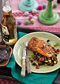 Gegrillter Lachs auf Bohnensalat mit schwarzen Tortillachips und Bier