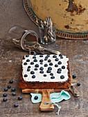 Apfel-Nuss-Kuchen mit Frischkäsecreme und Blaubeeren