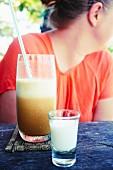 Kaffeefrappe mit geschäumter Milch