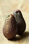 Zwei Avocados auf Holzuntergrund