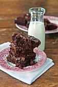 Brownies mit Schokoglasur und Milchflasche