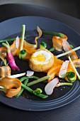 Frittiertes Ei mit Gemüse