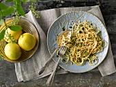 Zitronenspaghetti mit Knoblauch, Chiliflocken & Petersilie