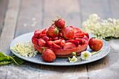 Erdbeertörtchen mit Holunderblüten