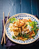 Rice noodles with chicken escalope and curry sauce