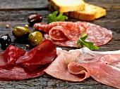 Antipasti (Schinken, Salami, Oliven und Brot)