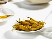Eingelegte Peperoni auf Teller
