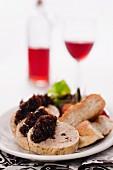 Roulade aus gehacktem Hähnchenfleisch mit Leberpastetenfüllung und roter Zwiebelmarmelade