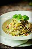 Spaghetti al pesto con carne di pollo (Nudeln mit Pesto und Hähnchenfleisch, Italien)
