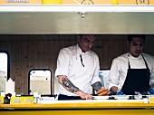 Zwei Männer verkaufen Sandwich im Food Truck (Barcelona)