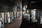 Chateau Pedesclaux: Weine werden mit vier Tank-Liften auf die verschiedenen Niveaus verschoben (Bordeaux, Frankreich)