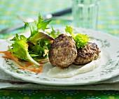 Fleischpflanzerl mit Salatbeilage