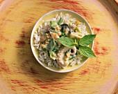 Meeresfrüchte in Kokosmilch auf Reis mit Thaibasilikum