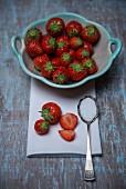 Erdbeeren und Löffel mit Zucker