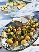 Kartoffelspiesse mit Sauce