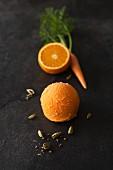 Eine Kugel Orangen-Karottenssorbet