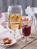 Verschiedene Getränke (Ingwer-Apfel-Punsch, fruchtiger Glögg, Schnaps)
