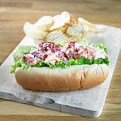 A lobster roll with crisps (USA)