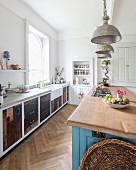 Zwei Küchenzeilen mit verschiedenen Fronten und eingebautes Vorratsregal im Hintergrund