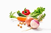 Gemüsestillleben mit Navette, Zwiebel. Kichererbsen, Möhre, Zucchini, Staudensellerie und Paprika