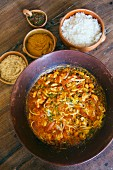 Meeresfrüchte Moqueca (Traditionelles Gericht aus Bahia mit Vatapà, Reis und Maniok Farofa, Brasilien)