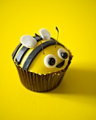 A bumble bee cupcake