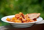 Kartoffeleintopf mit Möhren und Brot