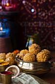Boondi Ladoo (frittierte süsse Klösschen, Indien)