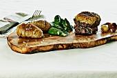 Rinderfilet mit Estragonkruste, Fächerkartoffeln, Babyblattspinat und glasierten Perlzwiebeln