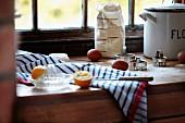Eier, Zitrone und Mehl in der Küche