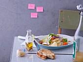 Chicoree-Salat mit Harzer Käse, Paprika, Physalis und Naanbrot