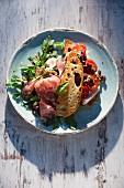 Rucolasalat mit Fenchelsalami dazu Sandwich mit Mozzarella & Ofentomaten