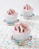 Cupcakes mit Himbeer- und Erdbeerbonbons