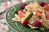 Pasta salad with salmon, asparagus, rise breeze and a lemon vinaigrette (close-up)