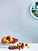 Stillleben mit Tomaten in verschiedenen Farben