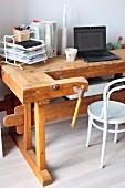 Alter Werkbank als Vintage Schreibtisch, davor weisser Thonetstuhl